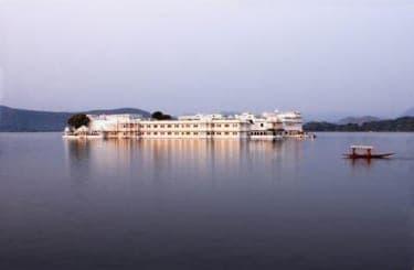 インドの湖上に浮かぶ超高級ホテル『タージ レイク ホテル』