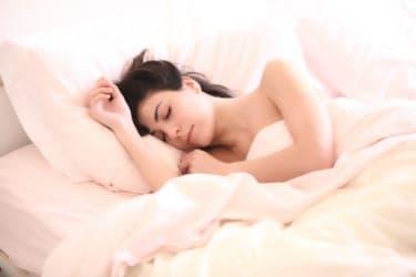 寝つきが悪い女子に朗報!睡眠の質を向上させるセックスがある