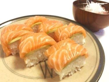 ひな祭りはこれ!サーモン好き女子に捧げるヒモ彼氏の「サーモンとアボカドの棒寿司」