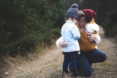 「良いママ」の呪縛から逃れられない……粉まみれの母子の写真の謎