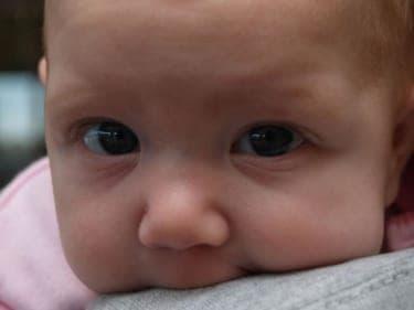 赤ちゃんの泣き声がうるさいとわめく女