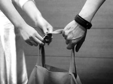 """""""シャネル""""のバッグを彼に持たせる女"""
