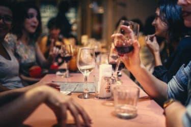 これってナメられてる?飲み屋で急に話しかけてくる知らない人との会話