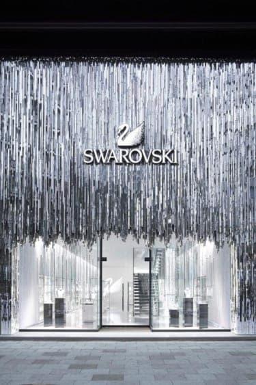 スワロフスキーが映画「白雪姫と鏡の女王」の衣装展を開催!