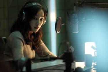 ラジオの生放送中、DJに脅迫の電話が!?『ミッドナイトFM』