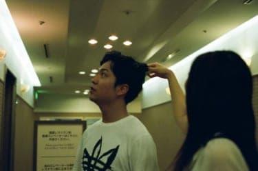 二人で見上げる展望台/写真家・松藤美里撮り下ろし