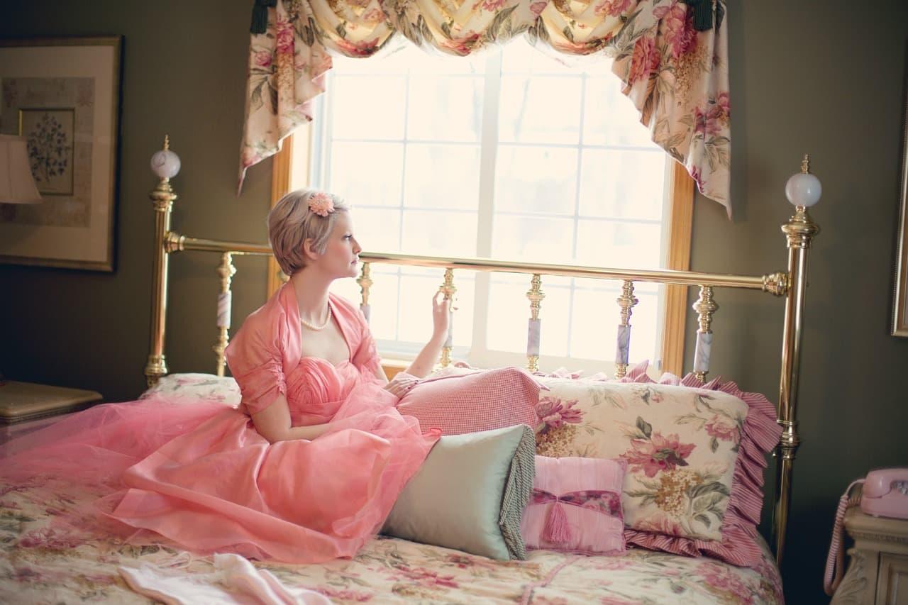 ベッドの上の女の子 メルヘン ロマンティック