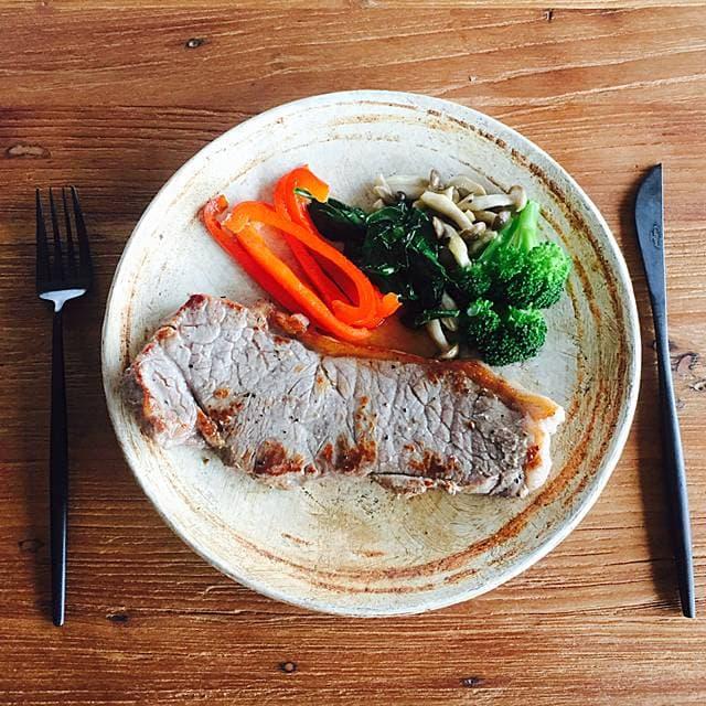夕食:牛ステーキ、彩り野菜の付け合わせ画像