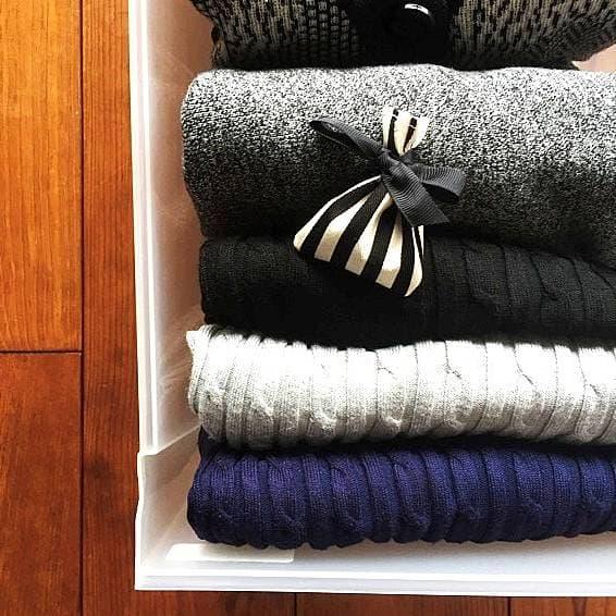 衣替えの際の服の畳みかたの画像