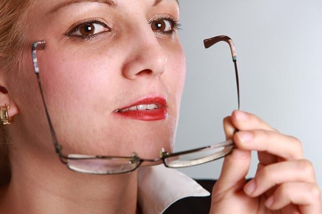女性教師が眼鏡を外す瞬間のしくじり熟女サムネイル画像