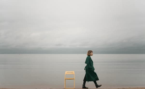 海辺を女性が歩く画像