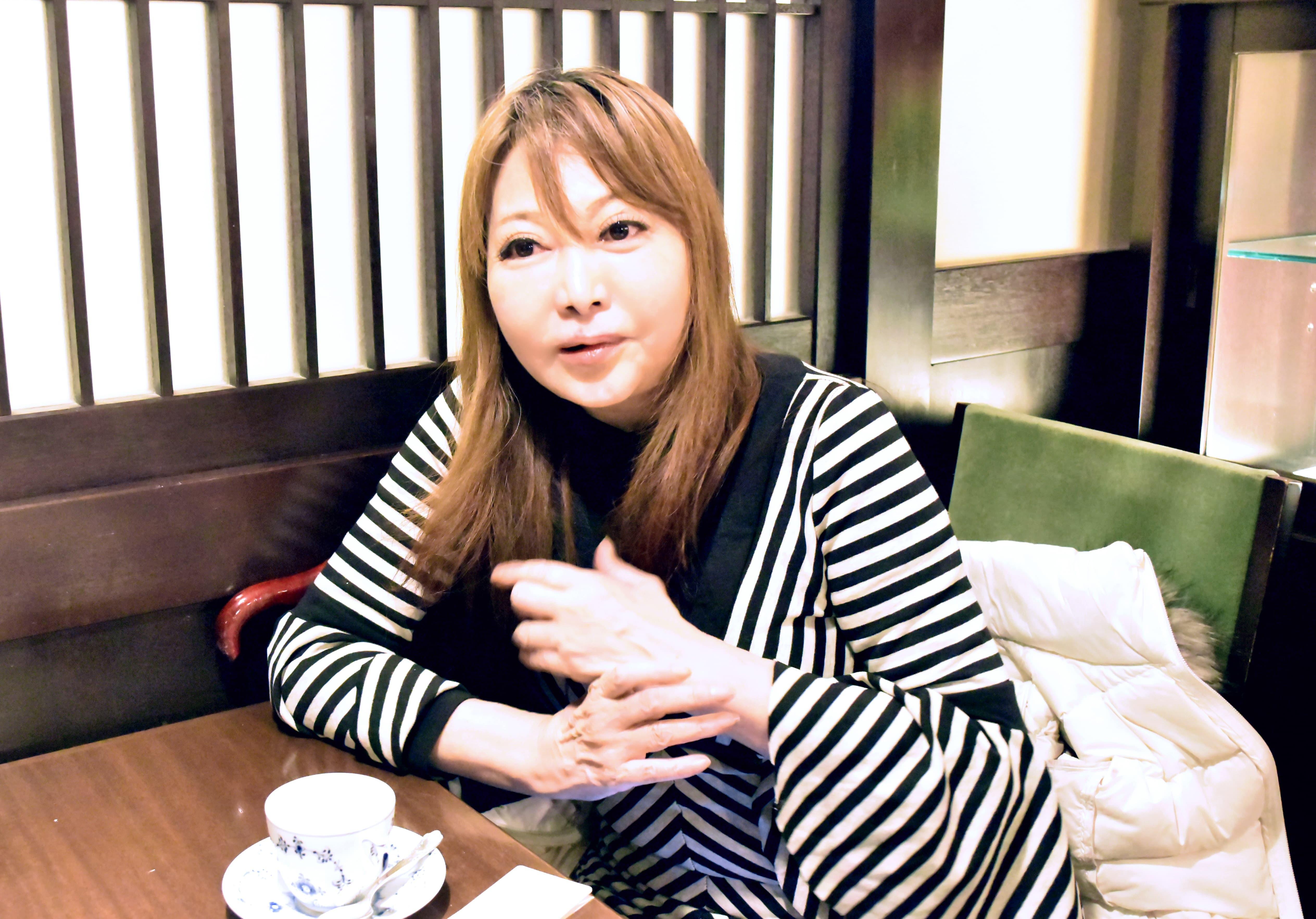 AMのインタビューに答える中村うさぎさんの画像