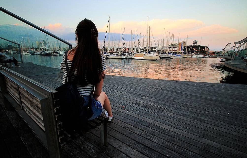 ひとり旅をしている女性