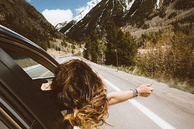 車から身を乗り出す女性