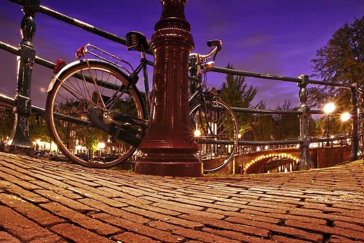 夜の街道に停められた自転車