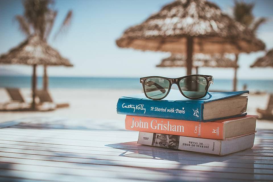 海辺に置いてある本とサングラス