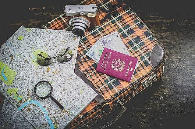 最小限の荷物で世界を旅する女の子