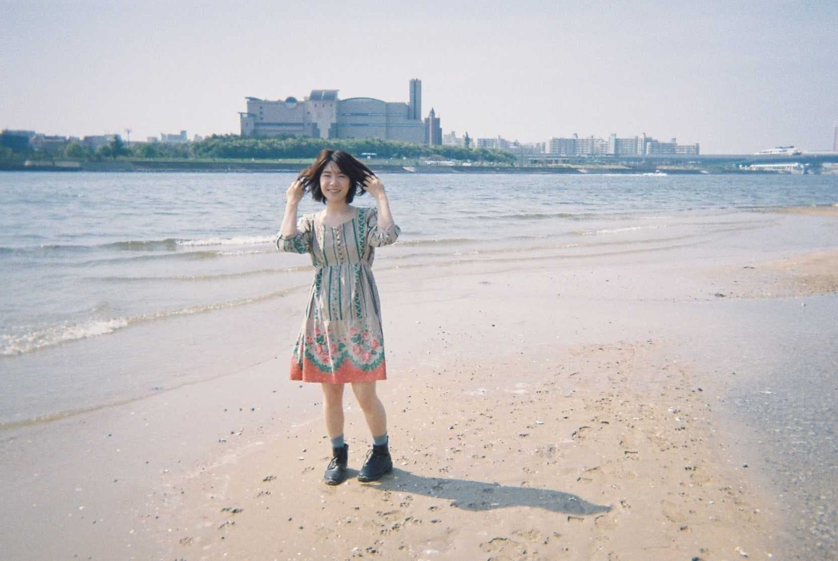 海辺で写真に映る葭本未織さん