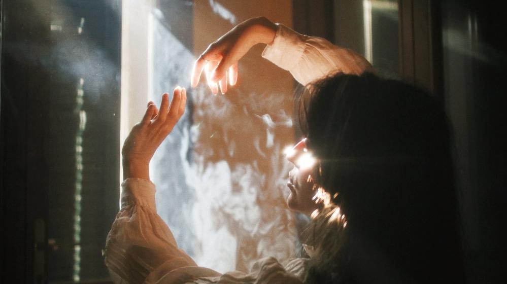 旅にでなければ神秘的な体験は得られないのか――呪術医と精霊が登場する、梨木香歩『ピスタチオ』